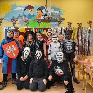 zdjęcie prezentuje grupę dzieci w strojach duchów, rycerzy i postaci z bajek na balu przebierańców