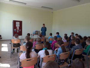 Pisarka opowiada dzieciom o przygodach jaszczurki Cziczi.