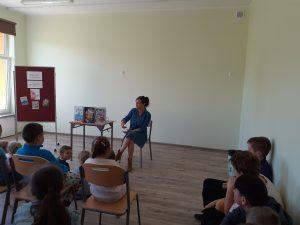 Pisarka prezentuje dzieciom swoje książki