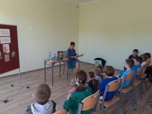 Autorka czyta dzieciom fragment swojej książki.