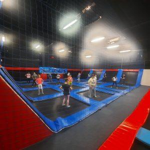 Na zdjęciu widać uczniów klad 1-3 uczestniczących w zajęciach w parku trampolin