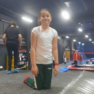 Na zdjęciu widać dziewczynkę z klasy 3 na trampolinie