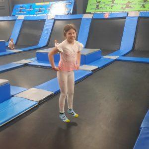 Na zdjęciu widać dziewczynkę z klasy 2 na trampolinie