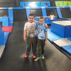 Na zdjęciu widać dwóch chłopców z klasy 1 na trampolinie