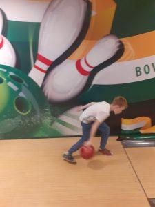 chłopiec z kulą w dłoni na swoim pasie do gry