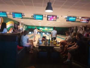 uczniowie na kanapach obserwują grę kolegów