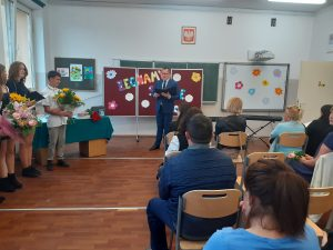 dyrektor szkoły odczytuje swoje przemówienie