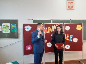 dyrektor szkoły wręcza uczniowi statuetkę szkolnego lidera