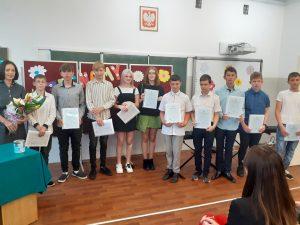na zdjęciu grupa uczniów ze świadectwami ukończenia szkoły