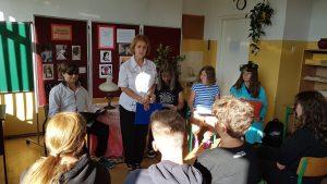Bibliotekarz informuje uczniów o akcji Narodowego Czytania.