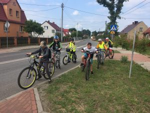 Zdjęcie przedstawia 6 rowerzystów czekających na nowych uczestników wycieczki w miejscowości Drzonów.