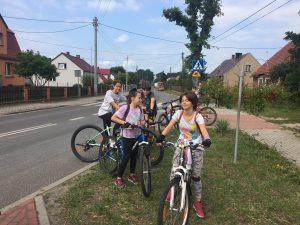 Zdjęcie przedstawia 5 rowerzystów czekających na nowych uczestników wycieczki w miejscowości Drzonów.