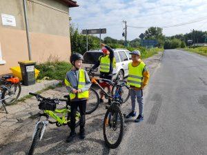 Zdjęcie przedstawia 3 rowerzystów odpoczywających przed sklepem w miejscowości Buchałów.