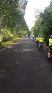 Zdjęcie przedstawia 5 rowerzystów jadących drogą publiczną  ze Słonego w kierunku miejscowości Buchałów.